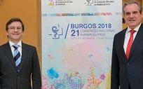 El presidente del Consejo General de Colegios Oficiales de Farmacéuticos, Jesús Aguilar, y el presidente de Colegio de Farmacéuticos de Burgos, Miguel López de Abechuco