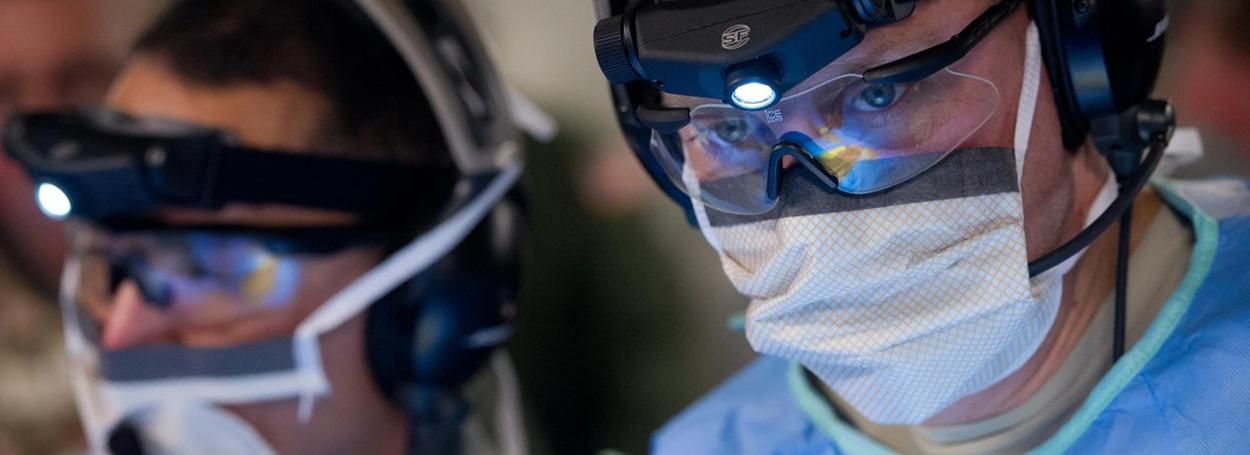 El casco permite el uso de hologramas que representan diferentes partes del cuerpo de la paciente y determinar el grosor exacto de los tejidos.