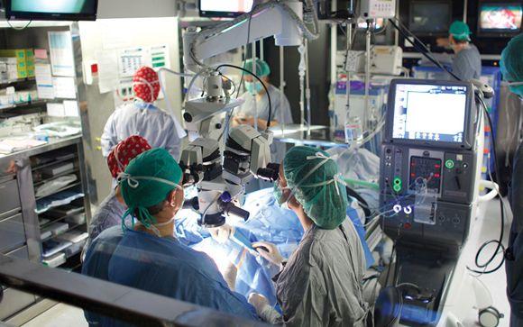 Implantan un ojo biónico a un paciente sordo-ciego