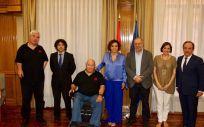 La ministra de Sanidad, Dolors Montserrat, y otros representantes políticos junto a miembros de Avite en un encuentro el pasado mes de julio