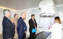 La  doctora Graciela García explica el sistema  Elekta Versa HD, la nueva tecnología para luchar contra el cáncer.