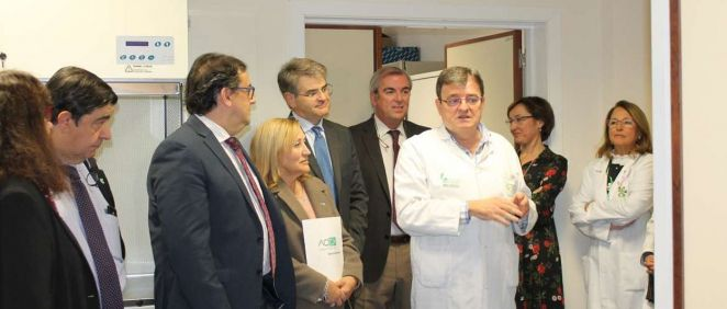 El consejero de Sanidad y Políticas sociales junto a sus acompañantes, durante su visita al complejo hospitalario universitario de Badajoz.