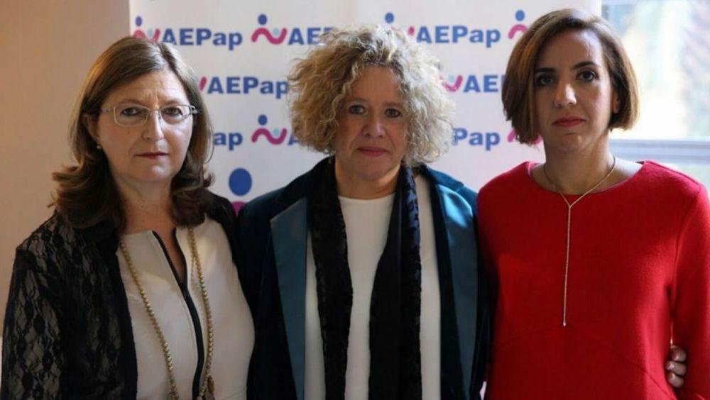 Narcisa Palomino, vicepresidenta de la AEPap; Concepción Sánchez Pina, presidenta de la AEPap; y Adriana Bonezzi, abogada de Di Ubaldo Abogados