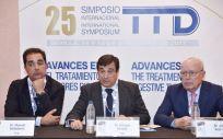 Los doctores Manuel Valladares, Enrique Aranda y Eduardo Díaz Rubio impartiendo el simposio sobre tumores digestivos.