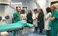 La consejera de salud de Andalucía visitando las instalaciones del nuevo quirófano junto con un equipo sanitario.