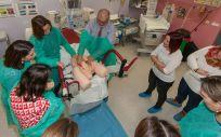 Expertos en ginecología y matronas, mostrando las complicaciones que pueden surgir durante un parto.