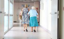 Personas mayores acudiendo a un centro médico (Foto. Pixabay)