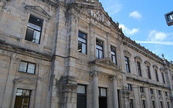 Fachada de la Facultad de Medicina, Santiago de Compostela.