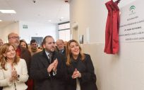 Susana Díaz, junto a miembros de la Consejería de Sanidad, durante la inauguración en el centro de Albaida del Aljarafe