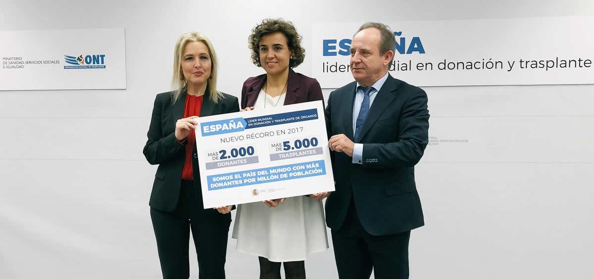 Beatriz Domínguez Gil, Dolors Montserrat y José Javier Castrodeza, durante la presentación del balance de actividad de donación y trasplantes en 2017 en la sede del Ministerio de Sanidad, Servicios Sociales e Igualdad