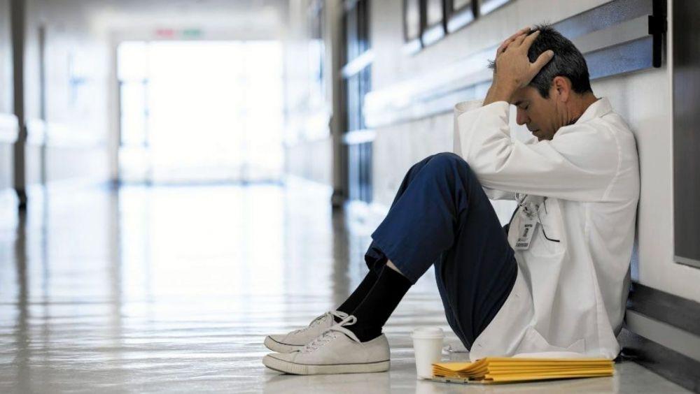Las situaciones de estrés que conlleva una importante sobrecarga asistencial, junto a la falta de recursos, conduce a los sanitarios a la baja laboral