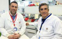 Los profesores de la CEU UCH Salvatore Sauro y Santiago Arias Luxan, autores del estudio publicado por Journal of Dentistry