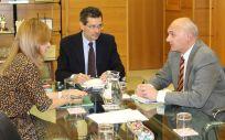 El director del Protección de Datos de Andalucía, Manuel Medina (derecha) y la consejera de Salud, Marina Álvarez (izquierda), abordan el nuevo Reglamento de Protección de Datos de la UE