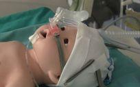 Este gorro para recién nacidos ha sido diseñado por María del Carmen Rodríguez, enfermera del Hospital Clínico de Valencia