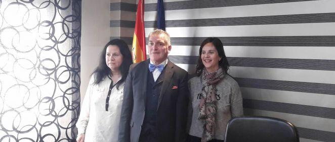 El presidente de Adefarma, Cristobal López de la Manzanara, junto con la vicepresidenta, Ana Oliver, y la tesorera, Magdalena Colino.