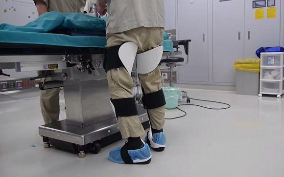 Una silla wearable evita el cansancio de los cirujanos en for Sillas para quirofano