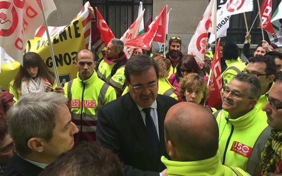 El viceconsejero de Sanidad, Manuel Molina, ha salido a hablar con los trabajadores.