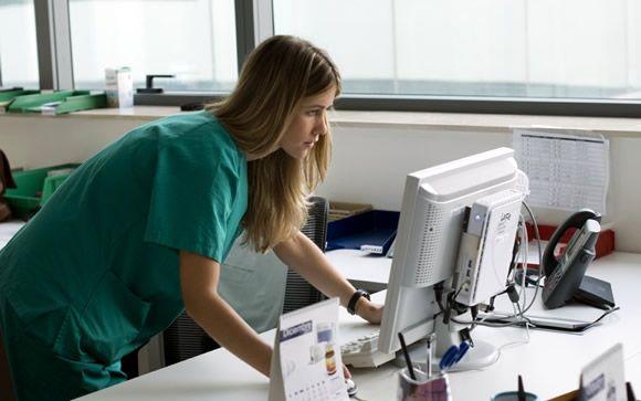 Madrid tiene el doble de médicos residentes por habitante que La Rioja o Canarias
