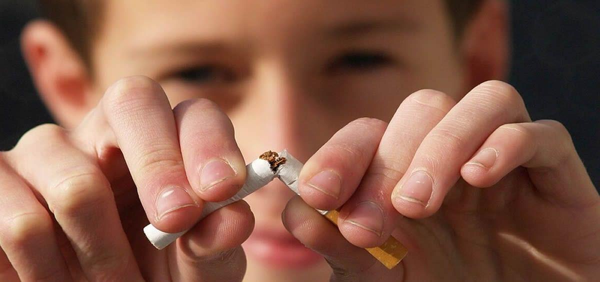 Semergen, Separ y Semt piden a la DGT que prohíba fumar mientras se conduce