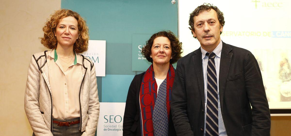 La Dra. Ruth Vera, presidenta de la SEOM (centro de la imagen), entre las personas que han intervenido para presentar el informe anual.