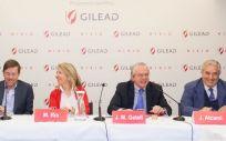 La presidenta de Gilead España, María Río, acompañada de algunos de los expertos que participan en HIBIC