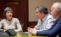 Amparo Botejara, portavoz adjunta de la Comisión de Sanidad de Unidos Podemos, junto a Manuel Cascos y Rafael Reig Recena, presidente y secretario estatal de Satse.