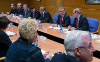 Íñigo Urkullu y Jon Darpón, en el centro de la imagen, en una reunión del Ejecutivo vasco