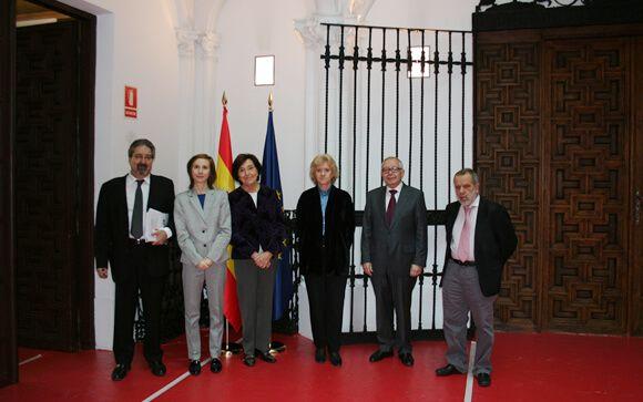La Defensora del Pueblo, Soledad Becerril (en el centro), junto a representantes de FEDE