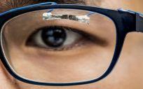 El estudiante de la Universidad de Washington, Jinyuan Zhang, demuestra cómo los sensores portátiles pueden rastrear el movimiento ocular.