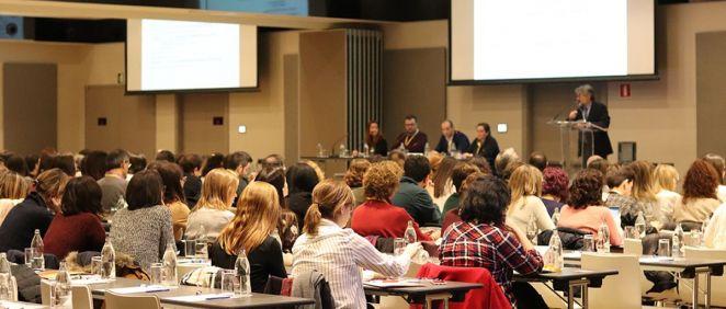 Doctor Manuel Sánchez Luna, Jefe de Servicio de Neonatología del Hospital Gregorio Marañón de Madrid, junto a ponentes y oyentes en la sala de conferencias (Foto. Gregorio Marañón)