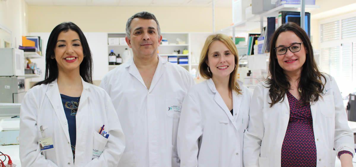 El profesor Alberto Ortiz y la doctora María Dolores Sánchez Miño (derecha), junto a su equipo