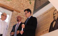 César Pascual, junto al alcalde de Villarejo de Salvanés, Marco Antonio Ayuso, ha inaugurado la exposición para rendir tributo al doctor Benavente