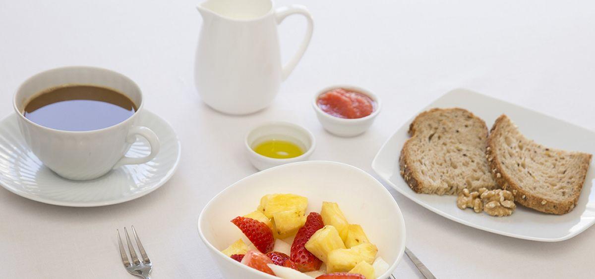 Los hombres varian más los alimentos que ingieren en el desayuno que las mujeres, y estas últimas dedican más tiempo a desayunar que los hombres.