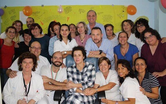 Teresa Romero, junto al equipo de profesionales que le atendió durante su ingreso