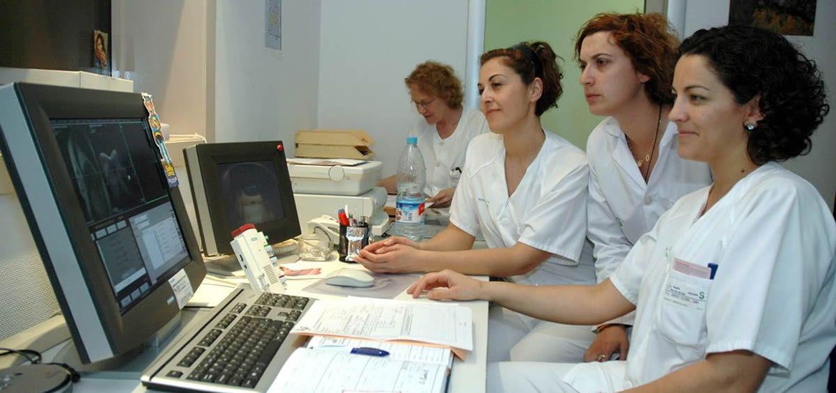 En el sector de la salud es el más feminizado