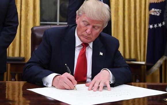 Donald Trump, presidente de EE.UU. durante la firma de la primera orden ejecutiva
