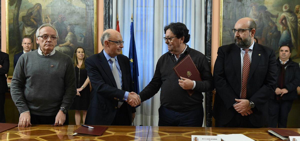 Cristóbal Montoro, ministro de Hacienda, junto a los responsables de Función Pública de CC.OO., CSIF y UGT.