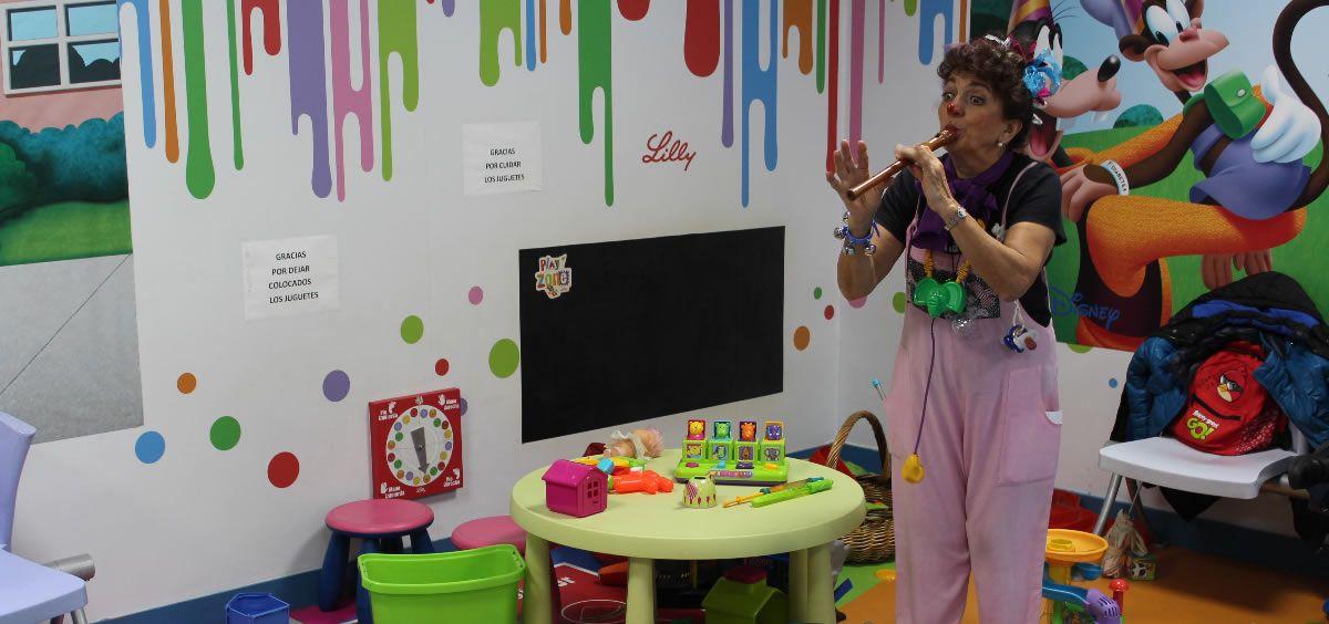 La doctora Sonrisas amenizó los breves tiempos de espera de los pequeños entre las pruebas