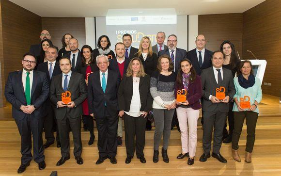Foto de familia de todos los premiados. Imágenes el interior: Ayo Cabrera y Alberto Carrasco.