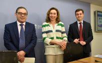 La consejera de Salud de La Rioja, María Martín, junto al director del Área de Salud, José Miguel Acítores (izquierda), y al director de Innovación Sanitaria de la Fundación Rioja Salud, Juan Carlos Oliva (derecha)