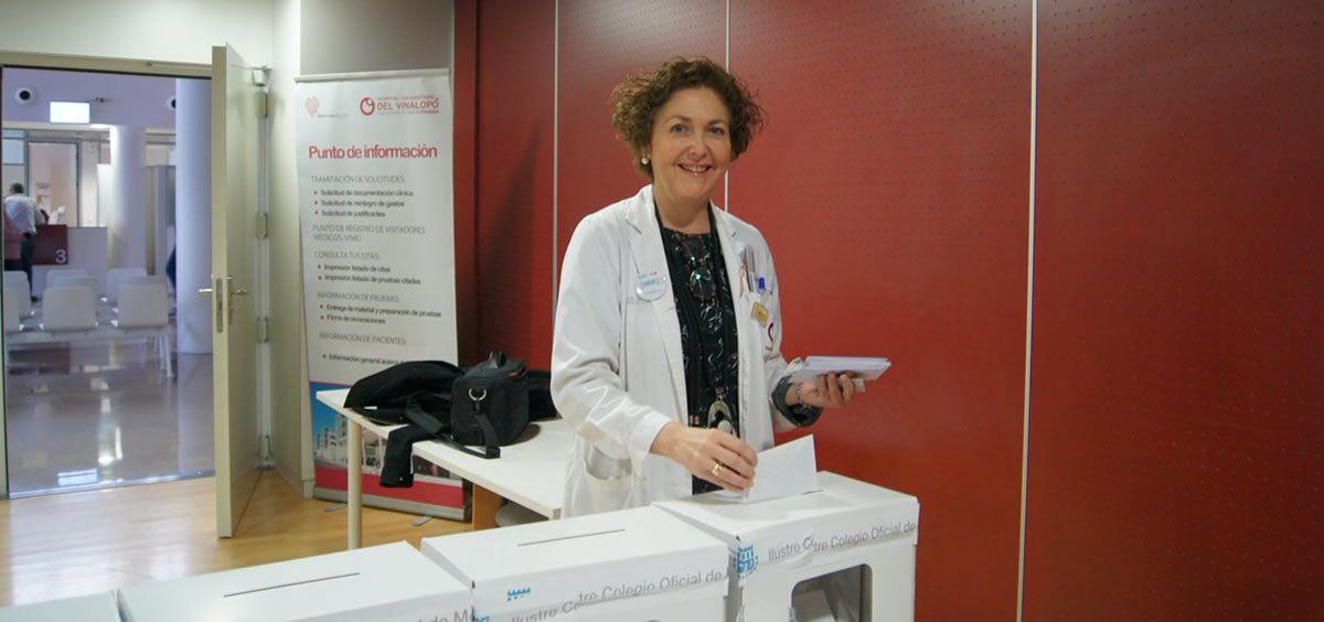 La doctora María Isabel Moya, durante las votaciones a la presidencia del Colegio de Médicos de Alicante
