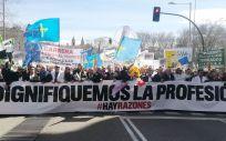 Bajo el lema 'Dignifiquemos la profesión', los médicos se han manifestado este miércoles por las calles de Madrid