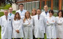 El doctor Rodríguez (tercero por la derecha) con investigadores que han participado en el trabajo