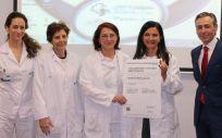 La doctora Corazón Hernández, directora del Instituto de Reproducción Asistida del Hospital Universitario Fundación Jiménez Díaz, ha sido la encargada de recoger la certificación