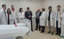 El consejero de Salud, Manuel Villegas, ha visitado las consultas de nefrología pediátrica del Hospital Infantil Virgen de la Arrixaca