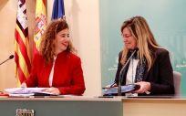 La portavoz del Gobierno balear, Pilar Costa, junto a la consejera de Salud, Patricia Gómez.