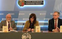 Ángel Garay, presidente del Consejo de Farmacéuticos del País Vasco, Lide Amilibia, viceconsejera de Políticas Sociales, y Emilio Sola, director de Servicios Sociales del Gobierno Vasco
