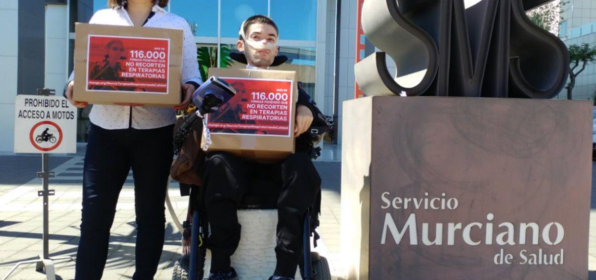 Entrega de firmas contra el concurso de oxigenoterapia en el Servicio Murciano de Salud (SMS)