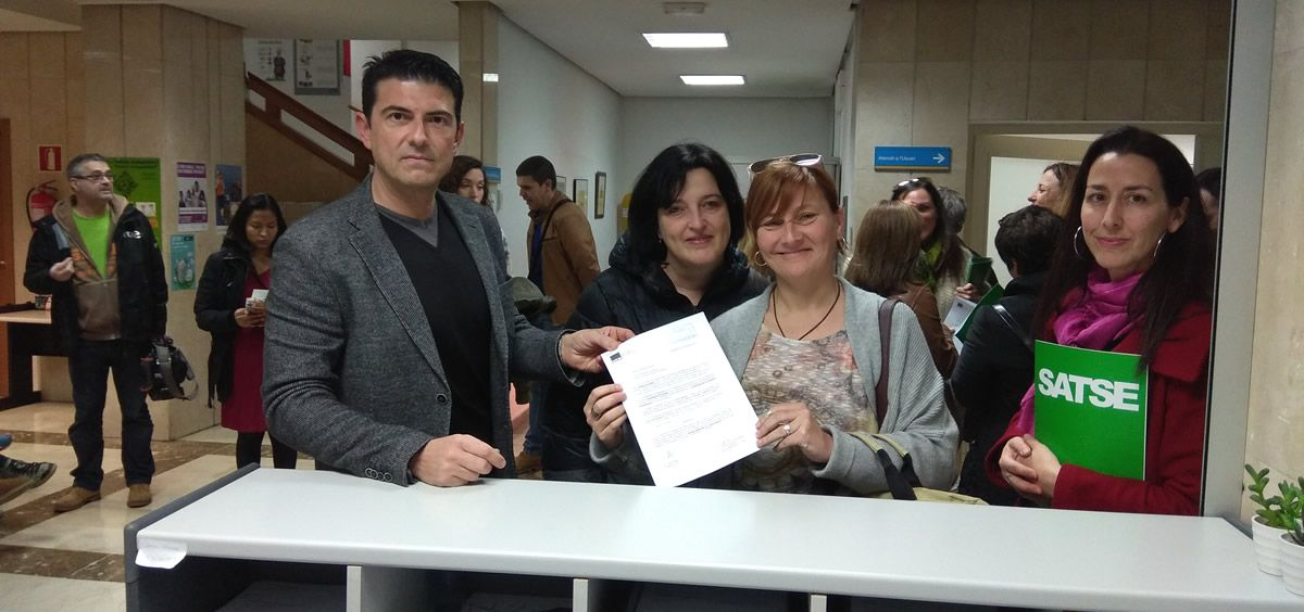 El secretario general autonómico del Sindicato de Enfermería de las Islas Baleares, Jorge Tera, entrega las solicitudes con sus compañeras del solape de jornada