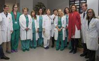 María Martín, junto a equipo del Hospital San Pedro que ha llevado a cabo la nueva técnica en La Rioja en tumores de boca y faringe
